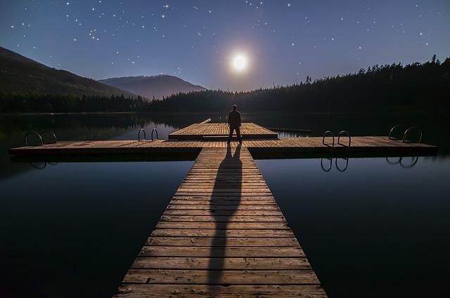 Mężczyzna obserwuje gwiazdy