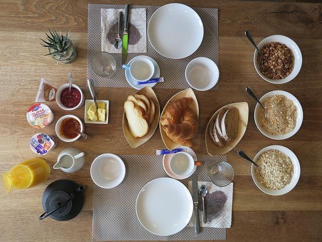 Produkty na śniadanie na stole