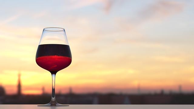 Kieliszek wina i zachód słońca