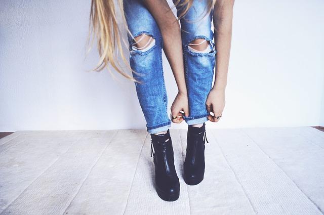 dziewczyna w jeansach i czarnych butach