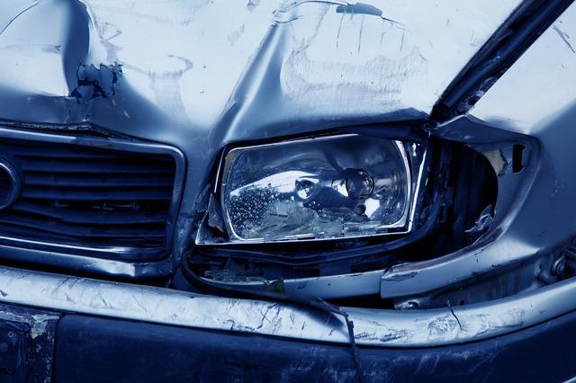 samochód z wgnieceniami