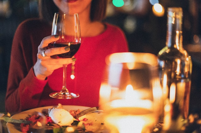 Kobieta w restauracji pijąca wino