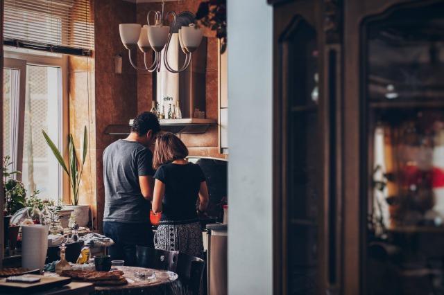 Randka w domu, wspólne gotowanie