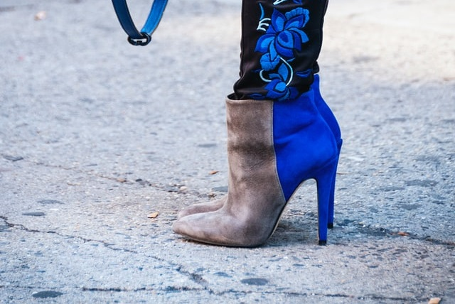 Kobieta w nietypowych botkach