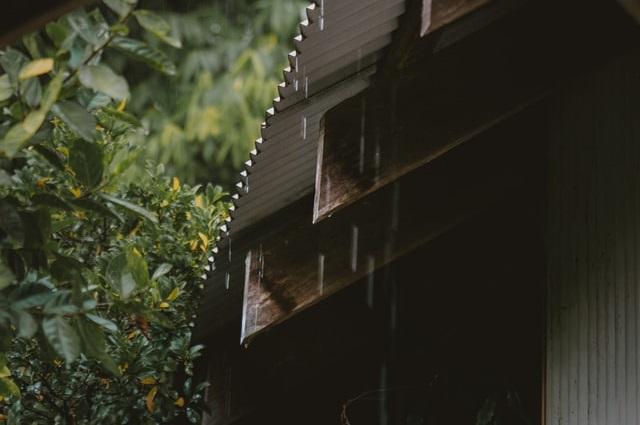 Deszcz kapiący z dachu