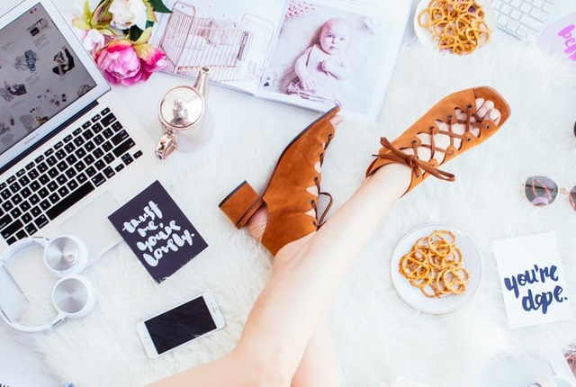 Kobiece nogi w botkach